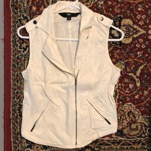 White Mossimo cargo vest with front zipper